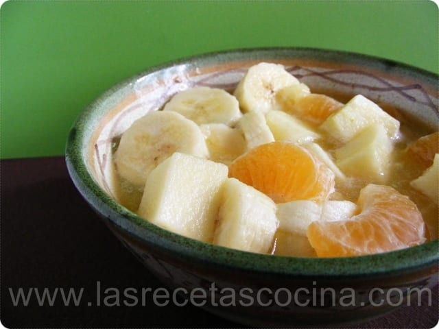 Ensalada de frutas con zumo de manzana