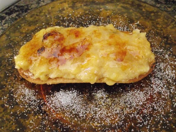 receta finalizada de lengua de gato con puré de plátano y azúcar quemado