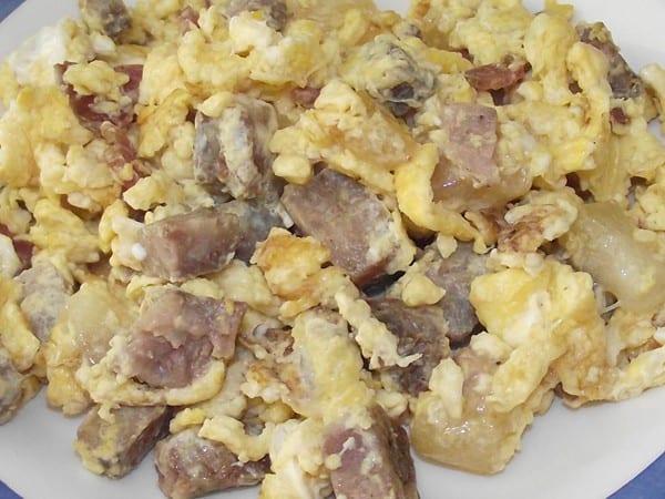 receta finalizada de revuelto de embutido y queso de cabra