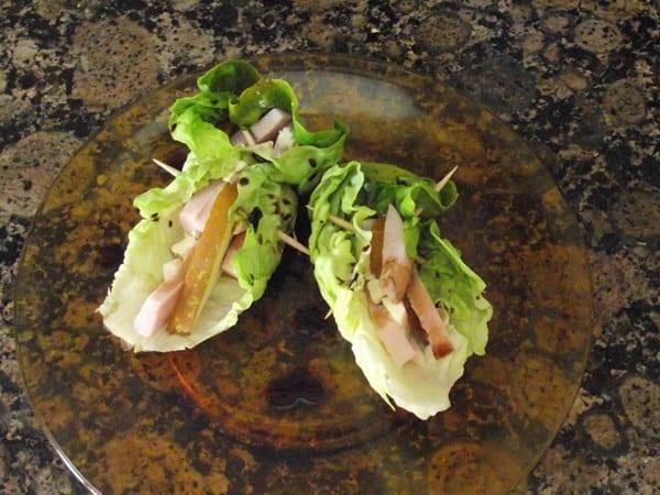 receta finalizada de saquitos de lechuga con pera, pavo, queso y modena