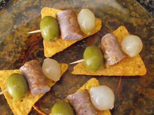 receta finalzada de pinchos de tres sabores sobre cama crujiente