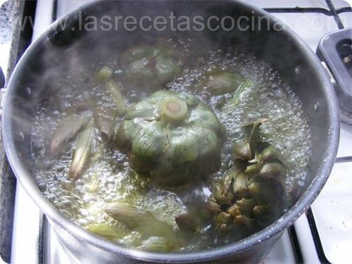Entrante de alcachofas con salsa