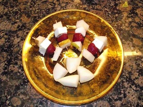 receta finalizada de brocheta de fruta y queso fresco