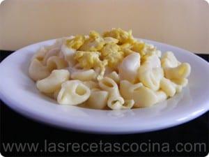 Pasta con salsa bechamel y huevo