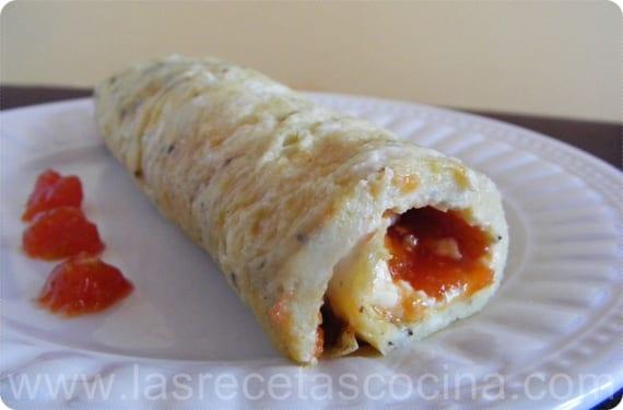 Rollito de tortilla rellena de queso y mermelada de tomate (1)