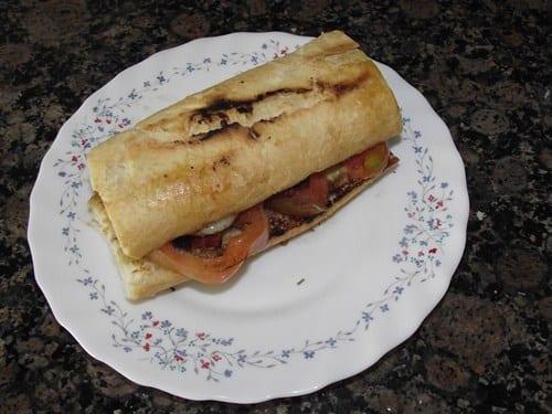 receta_finalizada_de_bocadillo_tostado_de_ensalada_y_chorizo