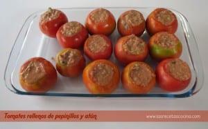 Tomates rellenos de pepinillos y atún