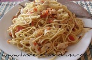 Espaguetis con pollo y tomate