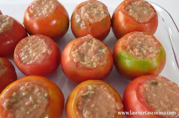 Tomates rellenos de atún y pepinillos