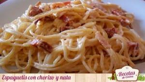Espaguetis con chorizo y nata