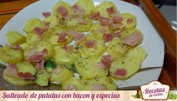 Salteado de patatas con bacon, una receta rápida cuando hay prisa.