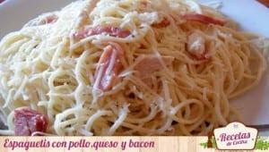 Espaguetis con pollo,queso y bacon
