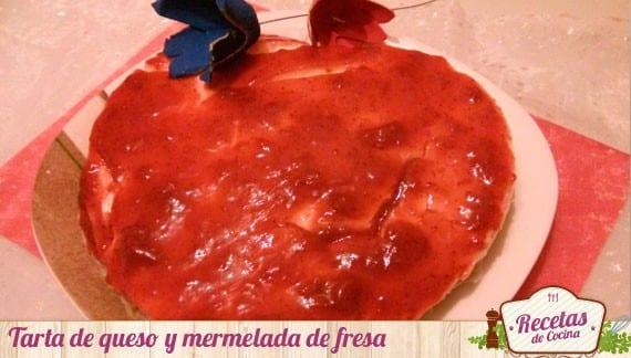 Tarta de queso y mermelada de fresa