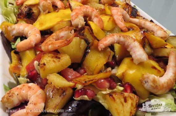 Ensalada templada de frutas y langostinos emplatada