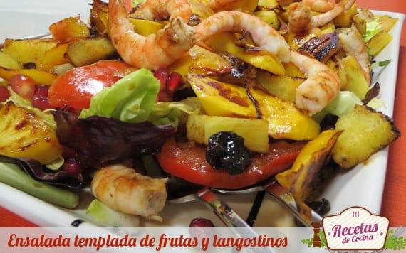 Ensalada templada de frutas y langostinos