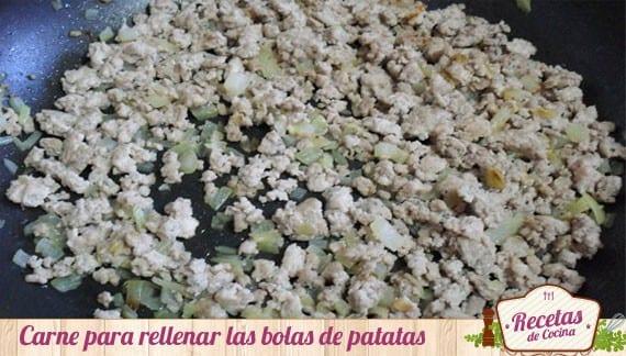 Relleno de las bolas de patatas