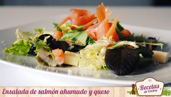 Ensalada de salmón ahumado y queso