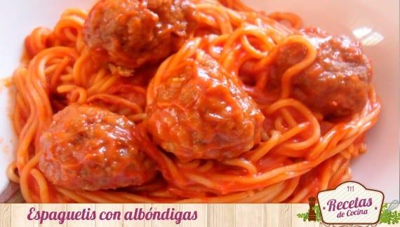 Espaguetis con tomate y albóndigas, para aprovechar los sobrantes