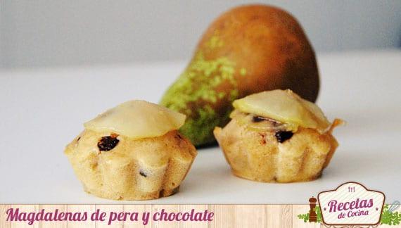 Magdalenas de pera y chocolate con pera confitada
