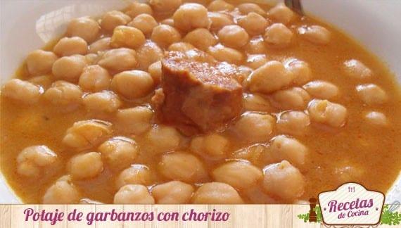 Guiso tradicional de potaje de garbanzos con chorizo