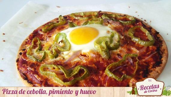 Pizza de cebolla, pimiento y huevo