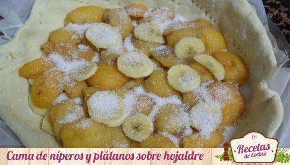Tarta de hojaldre, nísperos y plátanos