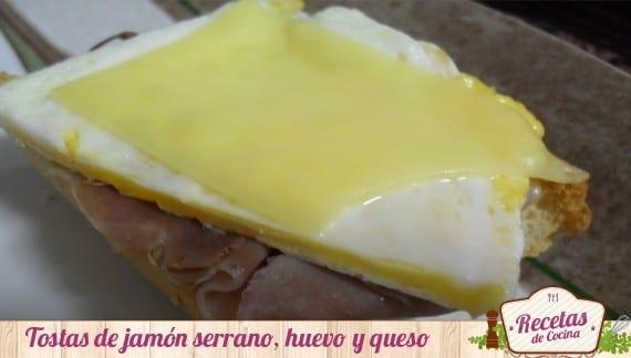 Tostas de pan con jamón, queso y huevo