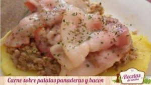 Carne sobre patatas panaderas y bacon
