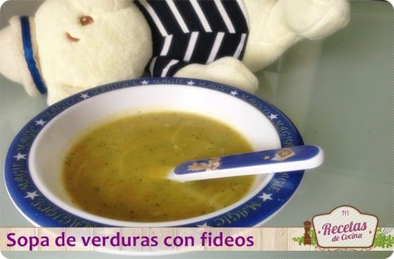 Cena nutritiva para niños, sopa de verduras con fideos