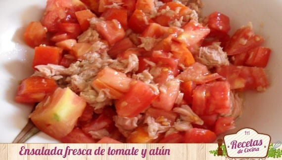 Ensalada de tomate y atún, fresca y nutritiva para la playa
