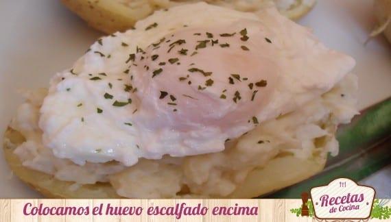Patatas rellenas de pescado arroz con huevo escalfado