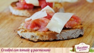 Crostini con tomate y parmesano