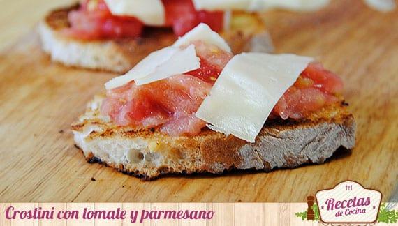 Crostini con tomate y queso parmesano