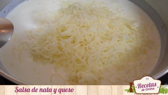 Pollo enrollado en serrano y queso con salsa de nata