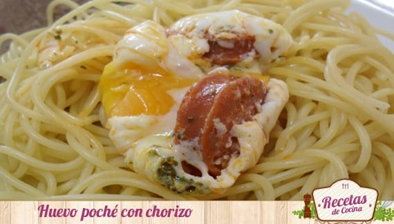 Huevo poché con chorizo sobre nido de espaguetis