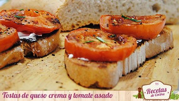 Tostas de queso crema y tomate asado
