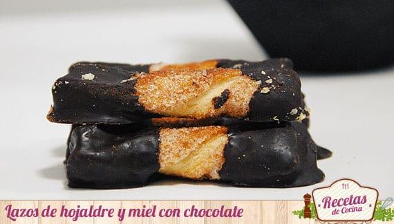 Lazos de hojaldre bañados en chocolate, receta sencilla