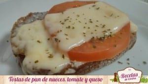 Tostas de pan de nueces con tomate y queso emental
