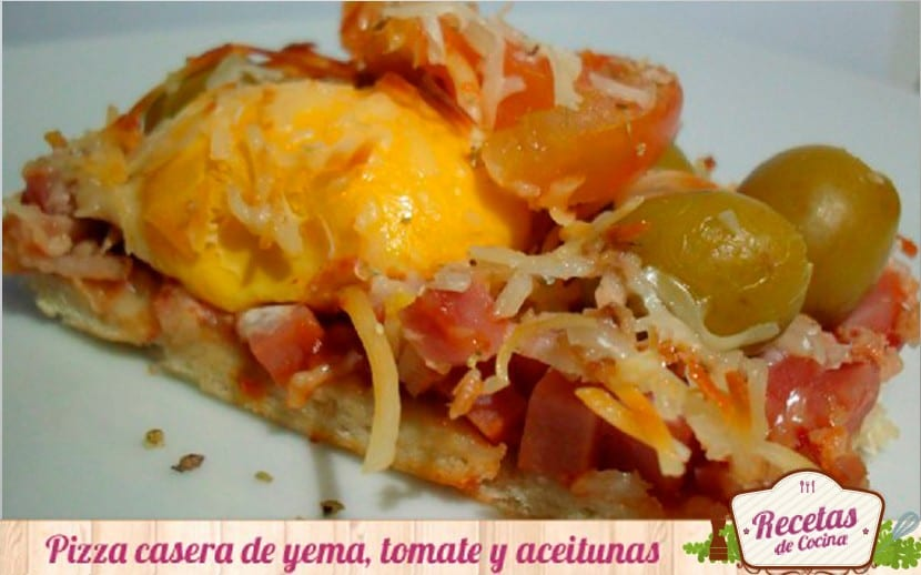 pizza de yema, tomate y aceitunas