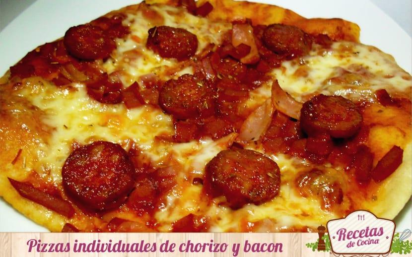 Pizzas individuales de chorizo y bacon