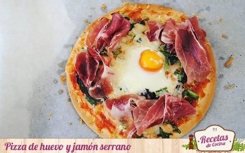 Pizza de huevos con jamón para una cena improvisada