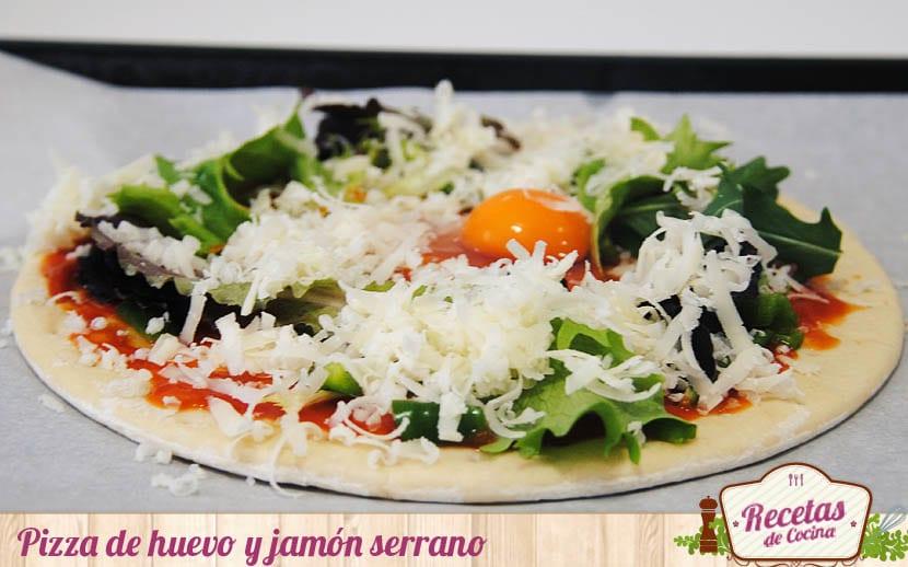 Pizza de huevos y jamón serrano