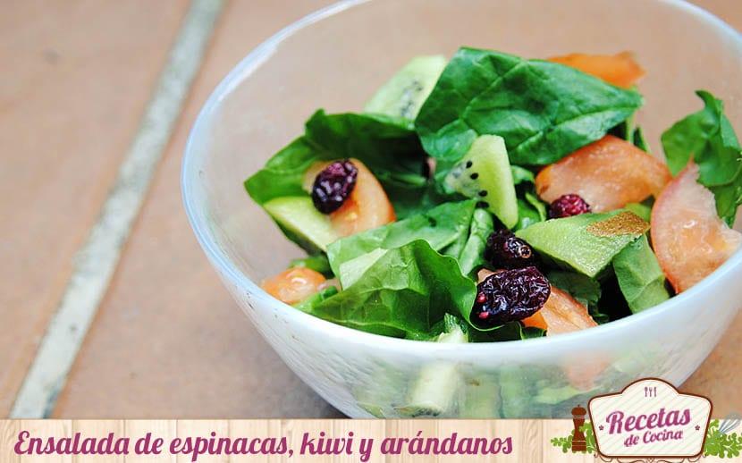 Ensalada de espinacas, kiwi y arándanos