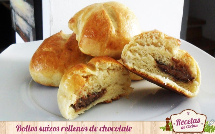 Bollos suizos rellenos de chocolate