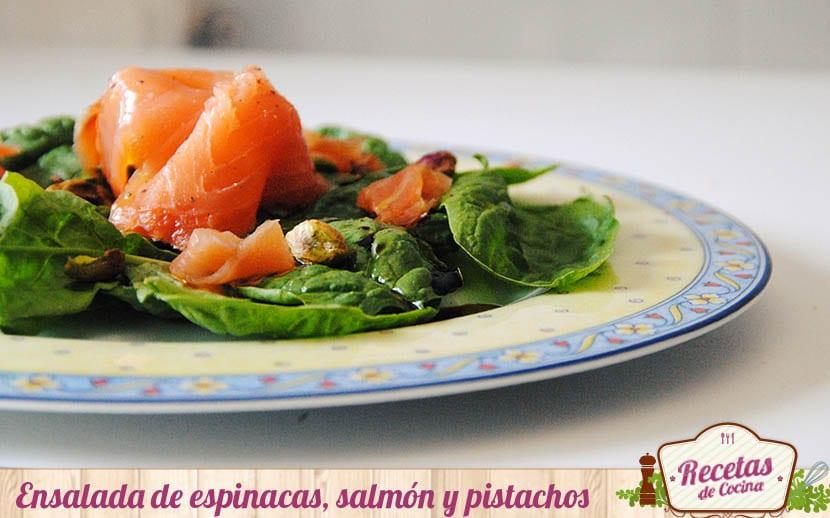 Ensalada de espinacas, salmón y pistachos