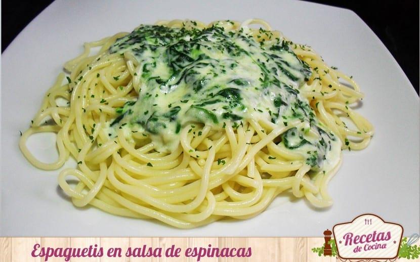 Espaguetis en salsa de espinacas y queso