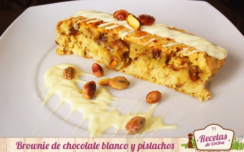 Brownie de chocolate blanco y pistachos