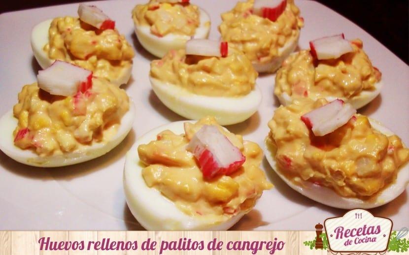 Huevos rellenos de palitos de pescado y salsa rosa