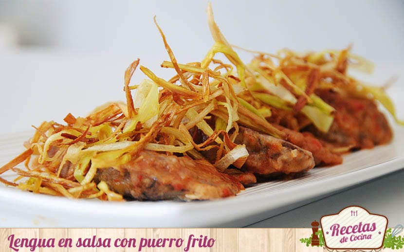 Lengua en salsa con puerro frito