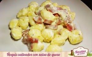 Ñoquis caseros de patatas con bacon y salsa de queso